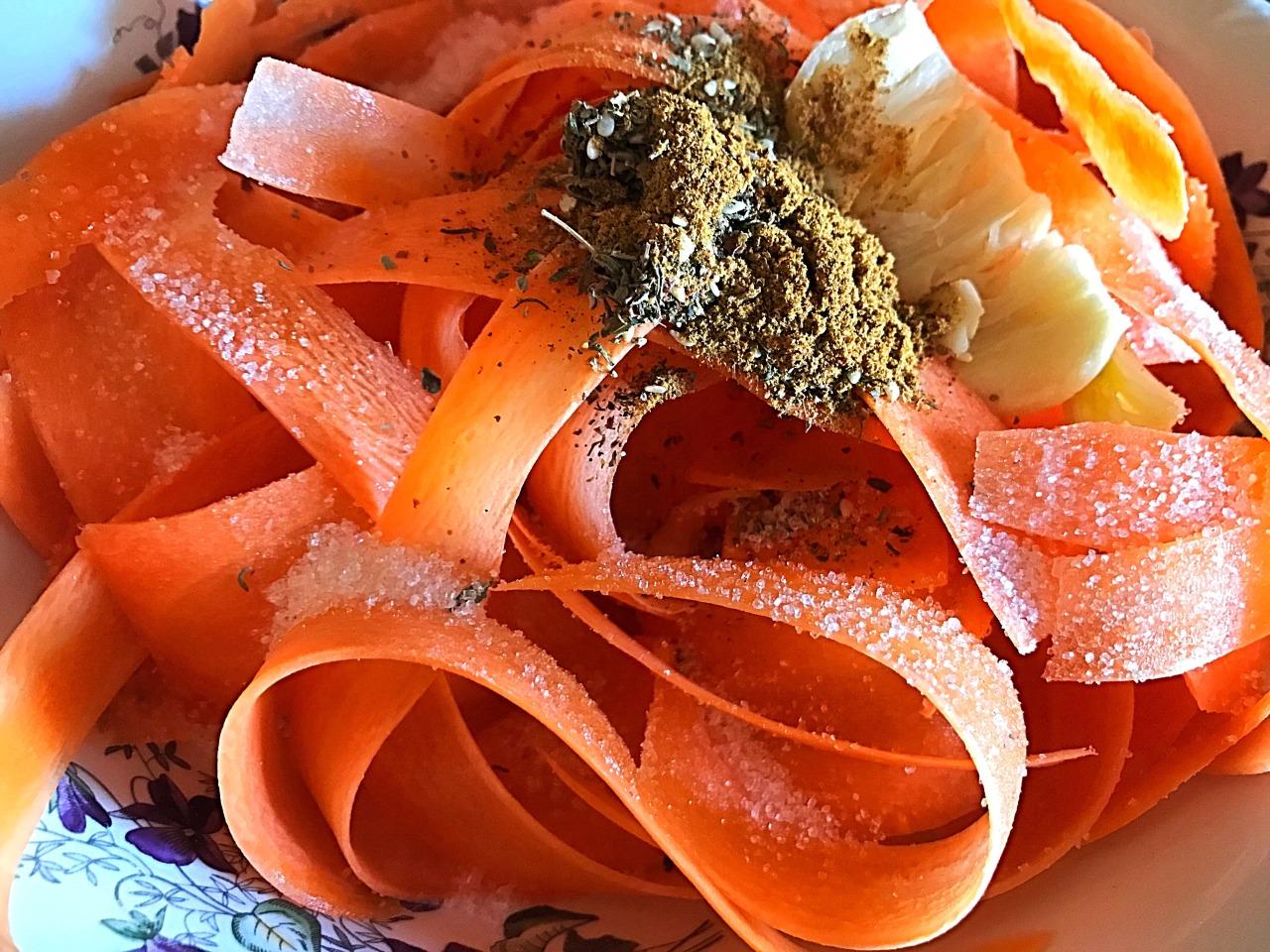 Пряный салат из моркови с сыром фета
