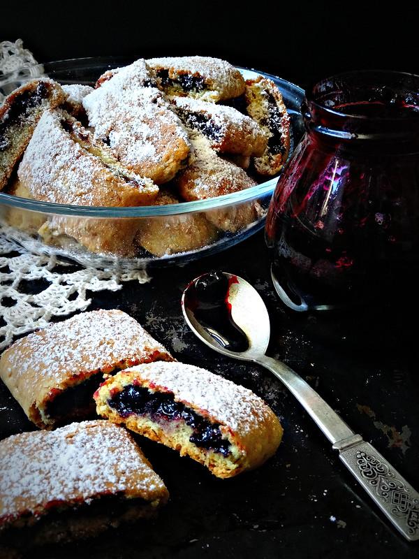 Рассыпчатое печенье с черничным джемом