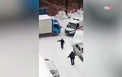 В Новосибирске грузовик не пропустил скорую с тяжелобольным. Видео
