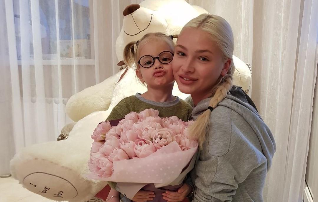 Без макияжа Алена Шишкова выглядит как старшая сестра своей 4-летней дочки