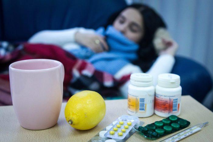 Девушка болеет гриппом