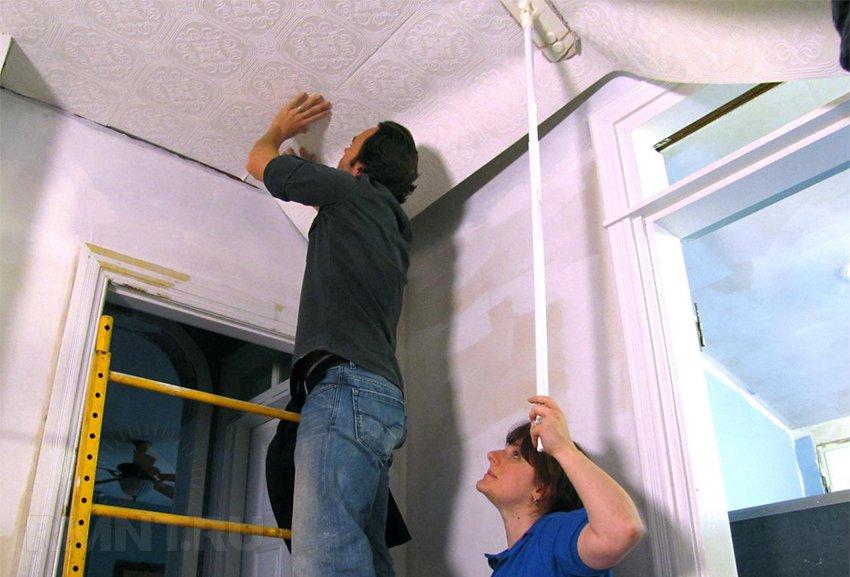 Поклейка обоев на потолок