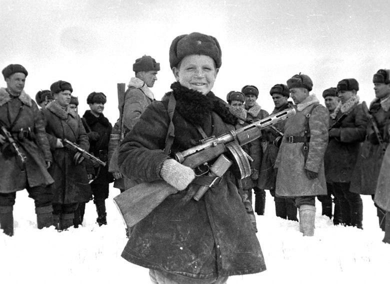 70 лет его подвиг был неизвестен. В одиночку на батальон фашистов. Немцы перевернули тело и не поверили своим глазам – перед ними лежал ребенок, на вид лет десяти