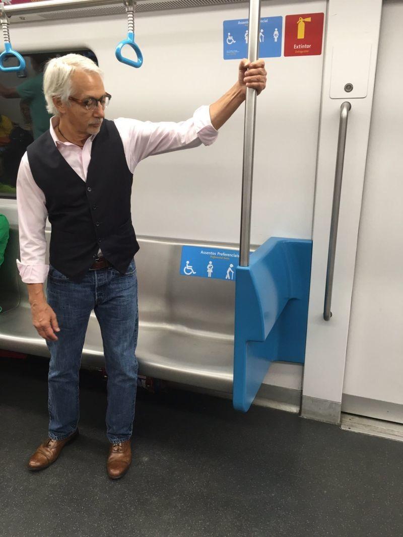 Седого мужичка в метро спросили, почему он не садится на место для пожилых