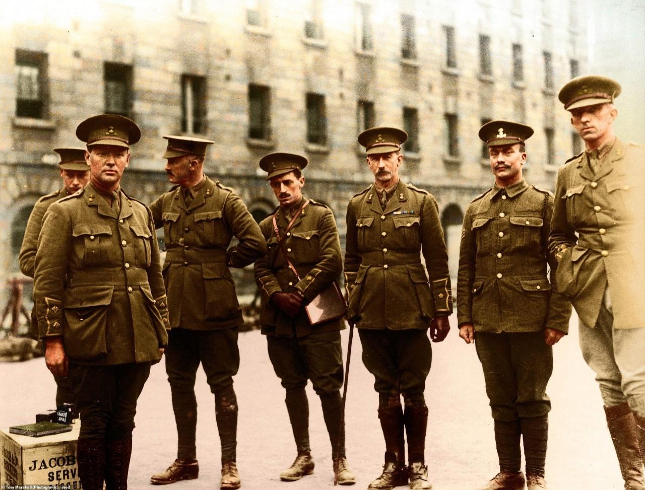 Военнослужащие ирландского пехотного полка Королевские Дублинские Фузильеры перед отправкой на фронт, 1915 г. архивное фото, колоризация, колоризация фотографий, колоризированные снимки, первая мировая, первая мировая война, фото войны