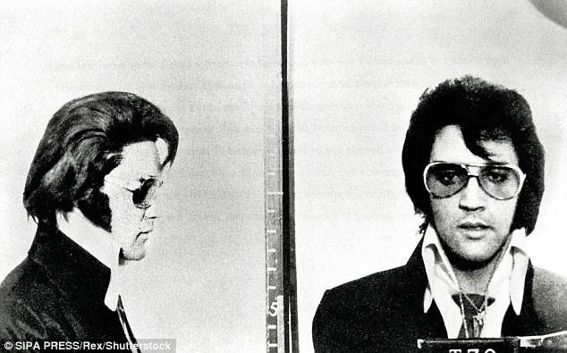 Нет, это не фото из архива тюрьмы, а наоборот, снимок, сделанный в полицейском департаменте Денвера для получения удостоверения почетного полицейского архив, знаменитости, интересно, история, редкие снимки, фото, фотоальбом, элвис пресли