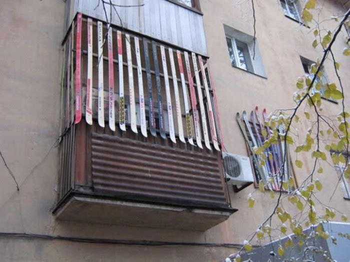 Балкон для хранения лыж:)
