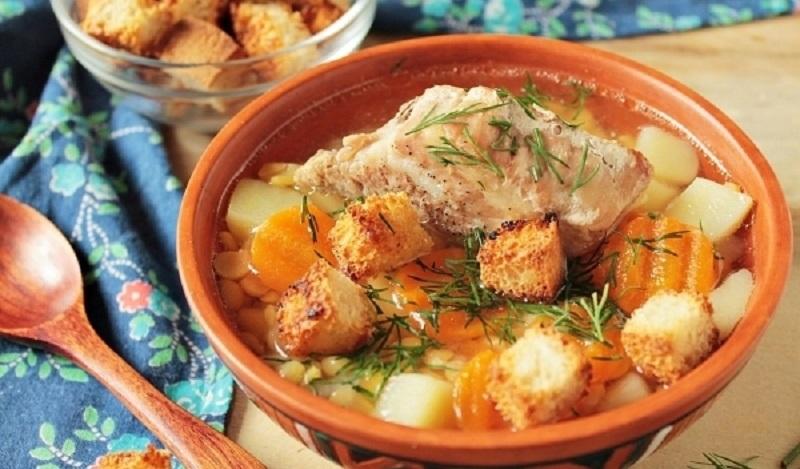 Гороховый суп с запеченными ребрышками: соберет всю семью за столом