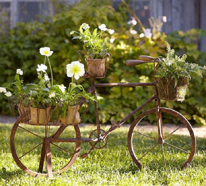 Один из самых нестандартных вариантов размещения горшков на велосипеде, что украсит двор и сад.