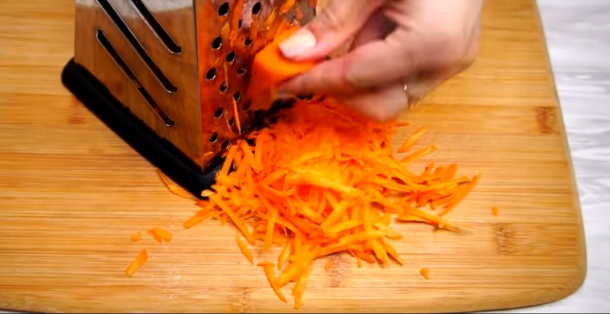 Морковь натираем на крупной терке