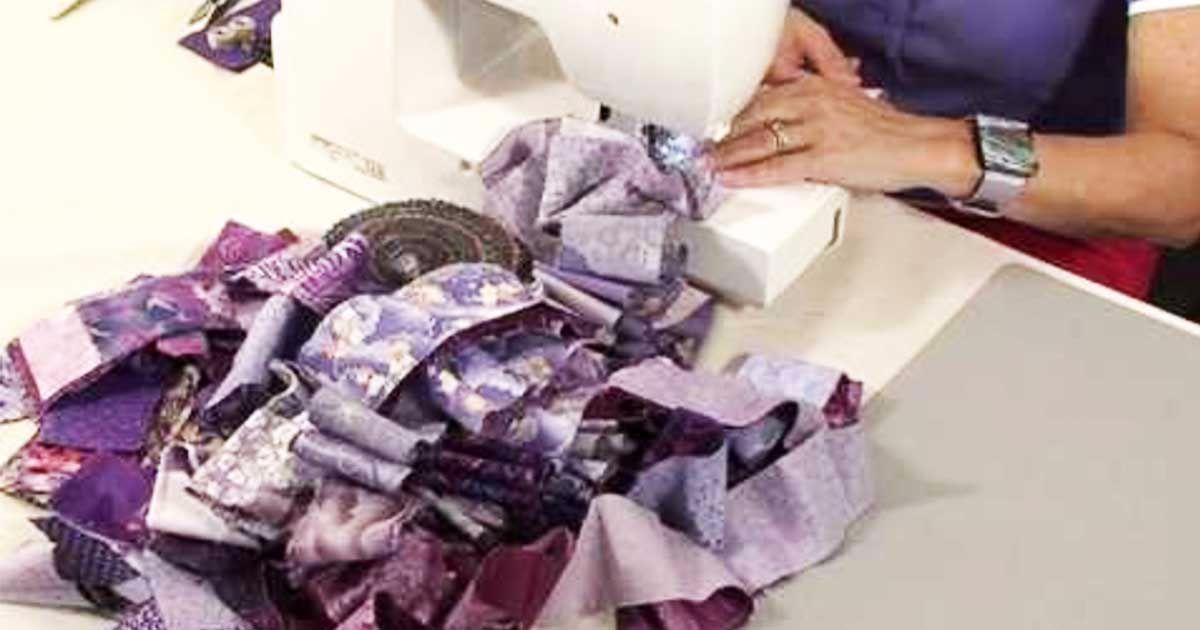 Рукодельница взяла лоскутки красивой ткани и сшила их по диагонали. За 40 минут изготовила прекрасную вещь