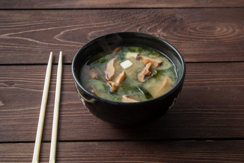 Суп мисо с сушеными грибами шиитаке