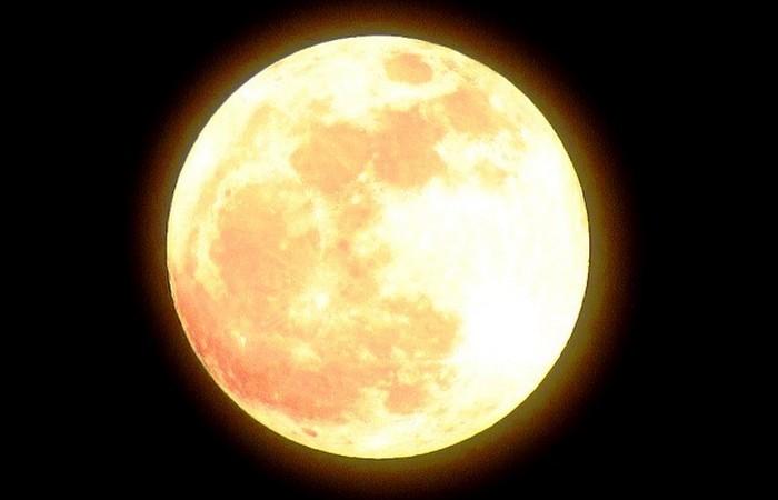Яркость Луны в 12,74.