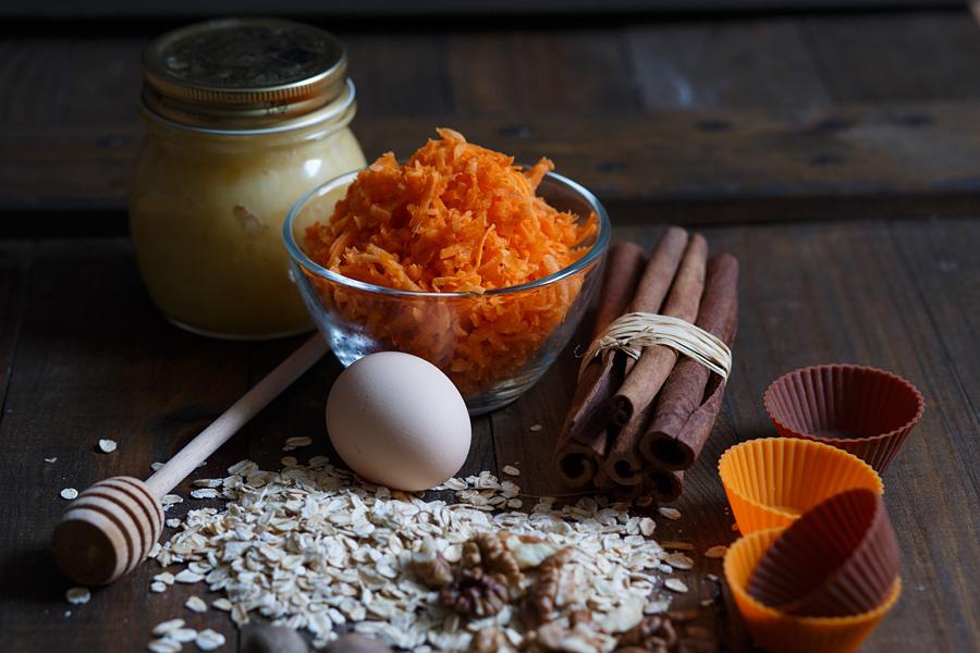 Морковно-овсяные маффины с медом и орехами