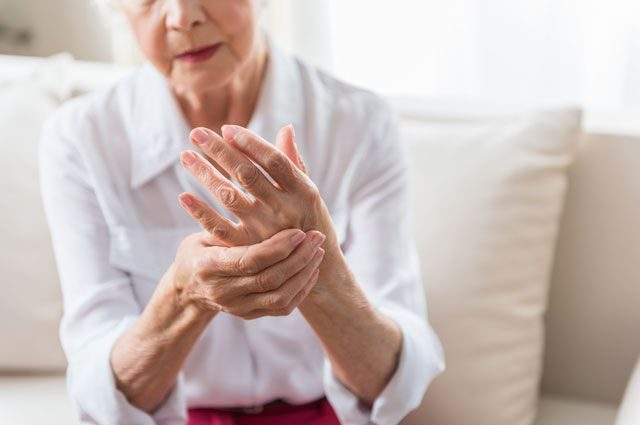 Почему женщины чаще болеют артритом