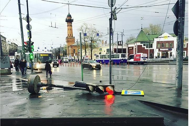 Шторм в Москве: есть пострадавшие, в городе закрывают летние веранды и парки