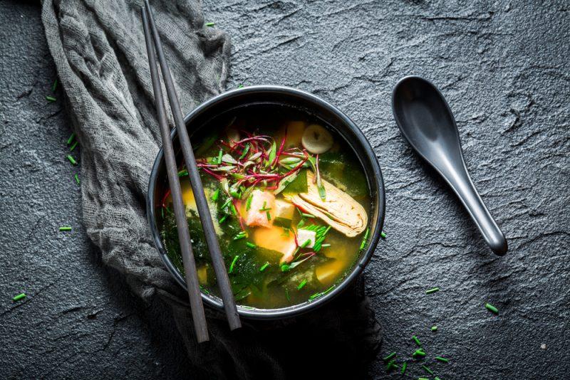 Суп мисо с овощами и грибами