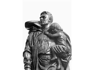 73 года назад гвардии сержант Н.И.Масалов вынес из-под огня в Берлине 3-летнюю девочку