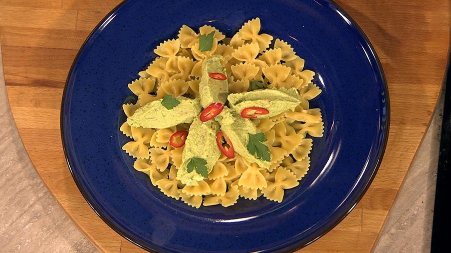 """Бантики с кремом из авокадо, сыра и зелени """"Бабочки в животе"""""""