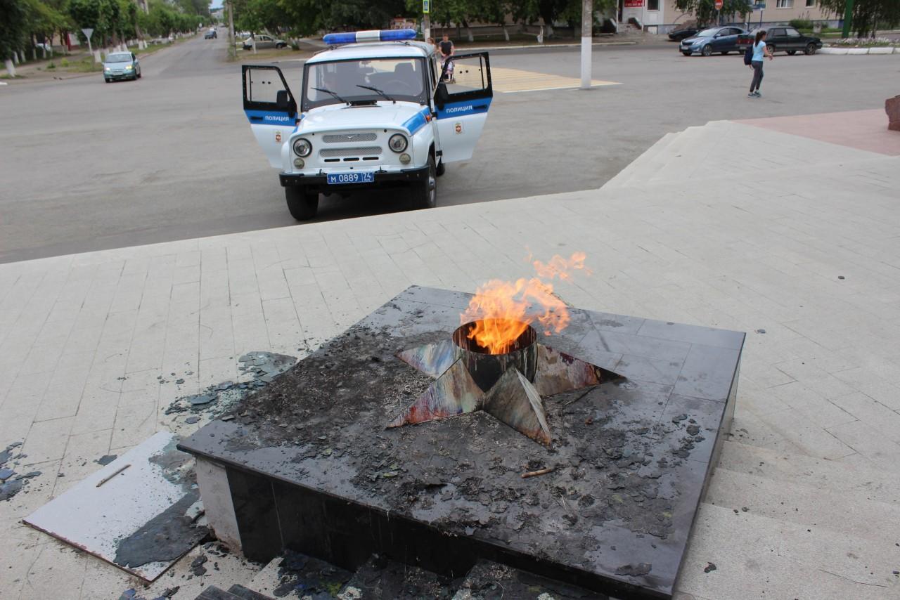 На Урале пьяные школьницы сожгли венок на Вечном огне
