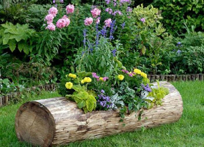 Отличный вариант создать горшок из бревна, то что понравится и украсит сад.