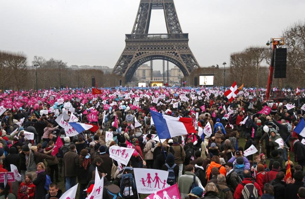 В Париже десятки тысяч человек приняли участие в протестах против однополых браков