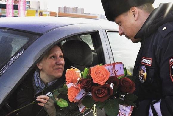 """""""8 Марта – в каждый дом"""": столичная полиция поздравляет женщин с праздником"""