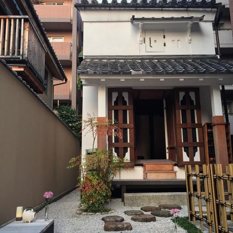 Маленький магазинчик одежды в традиционном доме архитектура, дома, здания, киото, маленькие здания, местный колорит, фото, япония