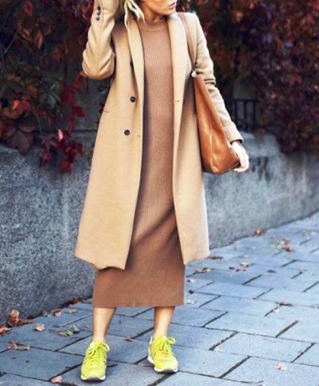 Модная парочка — 5 образов с трикотажным платьем и кроссовками