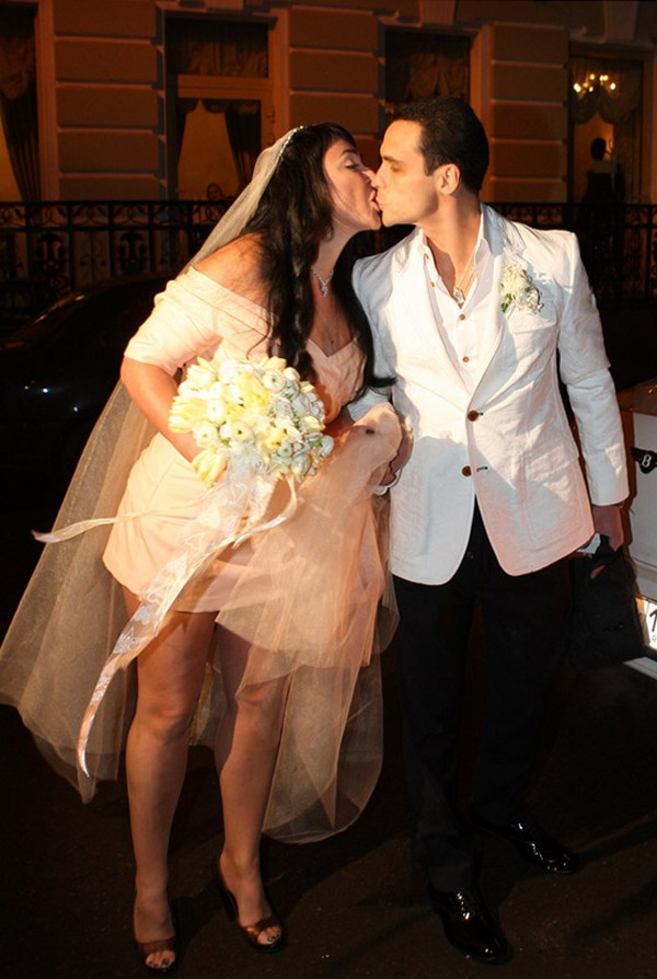 Парашют и пальто с трусами: самые нелепые свадебные наряды звезд