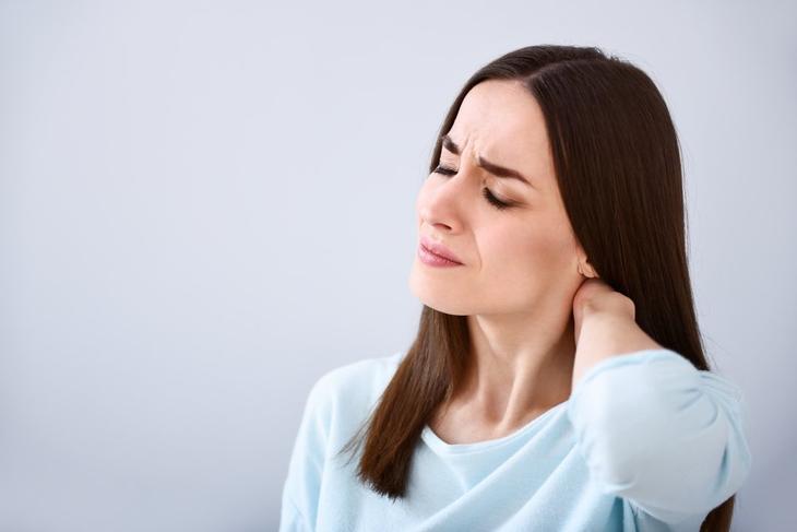 Сопровождаются ли проблемы со щитовидной железой болью в шее?