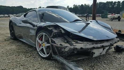 Богатые тоже бьются: сотрудник парковки вдребезги разбил чужую Ferrari!