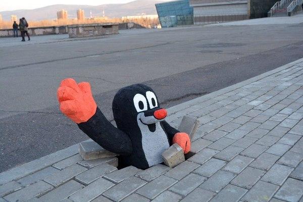 В Красноярске придумали отличный способ обратить внимание на ямы в тротуаре