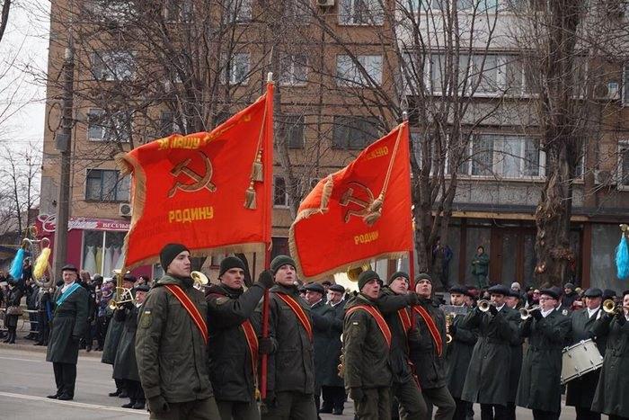 Парад Нацгвардии под красными знаменами с надписью «За нашу советскую Родину» вызвал истерику у бандеровцев