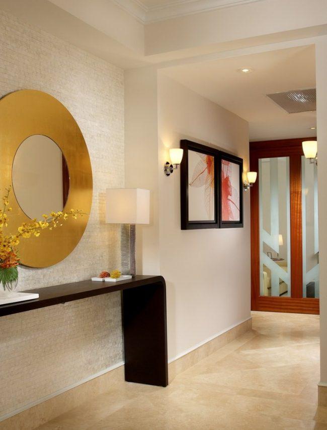 Современный выдержанный стиль модерн подчеркнут формы мебельного гарнитуры в прихожей