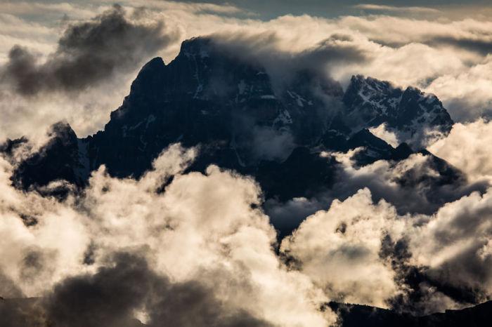 На склонах гор можно заблудиться в облаках.