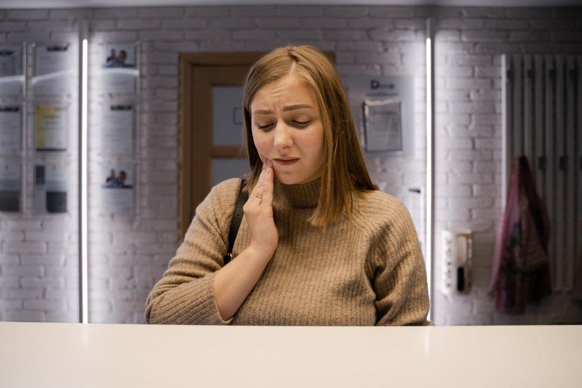 Дефицит витамина B12: 2 ощущения во рту, которые могут указывать на низкий уровень