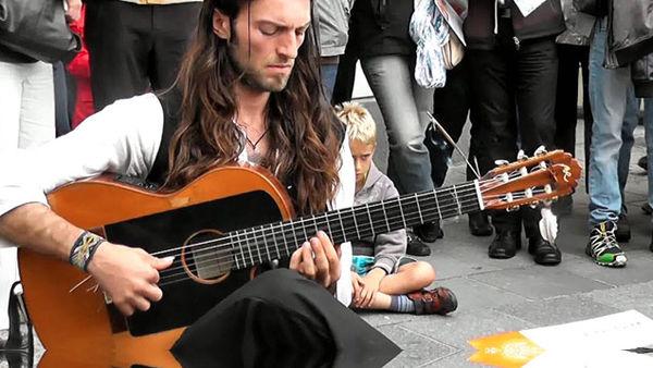 Гениальная игра на гитаре Эстаса Тонне покорит ваше сердце