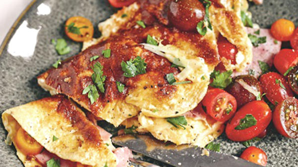 Классический омлет с ветчиной, сыром и томатами: рецепт для идеального завтрака