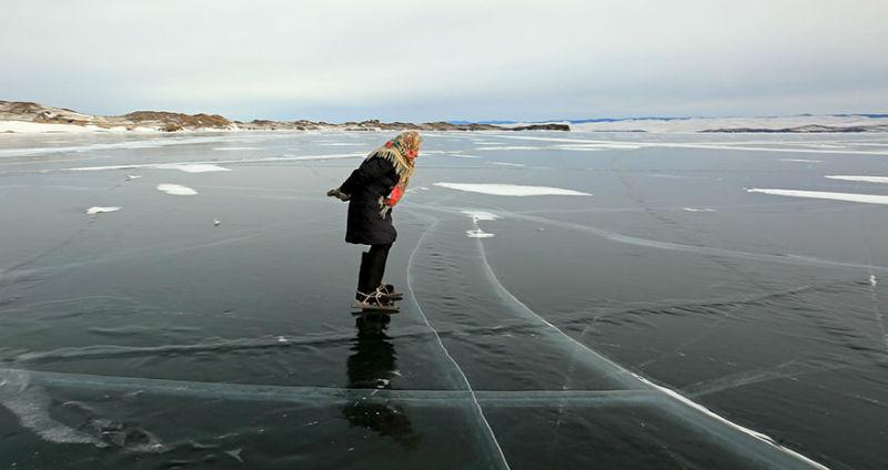«Бегу, и спина не болит»: 76-летняя бабушка каждый день ездит по Байкалу на коньках