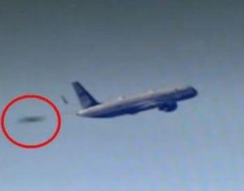 Телеканал показал кадры, как НЛО сопровождает самолет Трампа