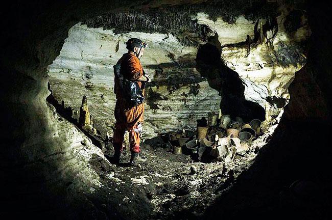 Археологи обнаружили 1000-летнюю пещеру древних сосудов племени Майя.