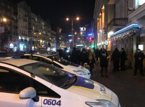 В Киеве полиция штурмует офис кандидата в президенты Зеленского