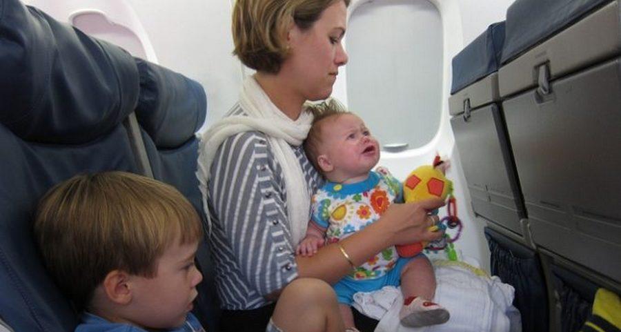 Женщина с тремя детьми нервировала пассажиров в самолет. Но нашлась девушка, которая знала что делать