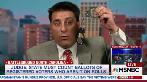 Глава республиканцев в Северной Каролине показал в эфире наручники для Клинтон