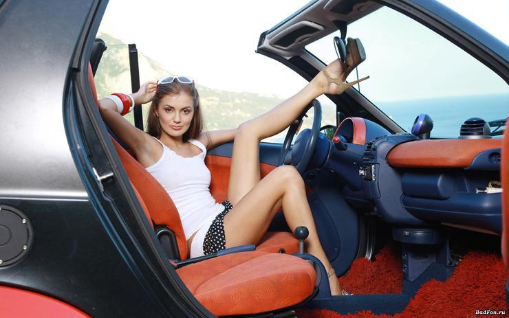 foto-devushka-v-avto-razdvigaet-nogi