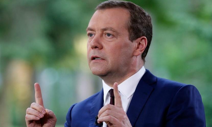 Медведев активно занялся повышением рождаемости в России