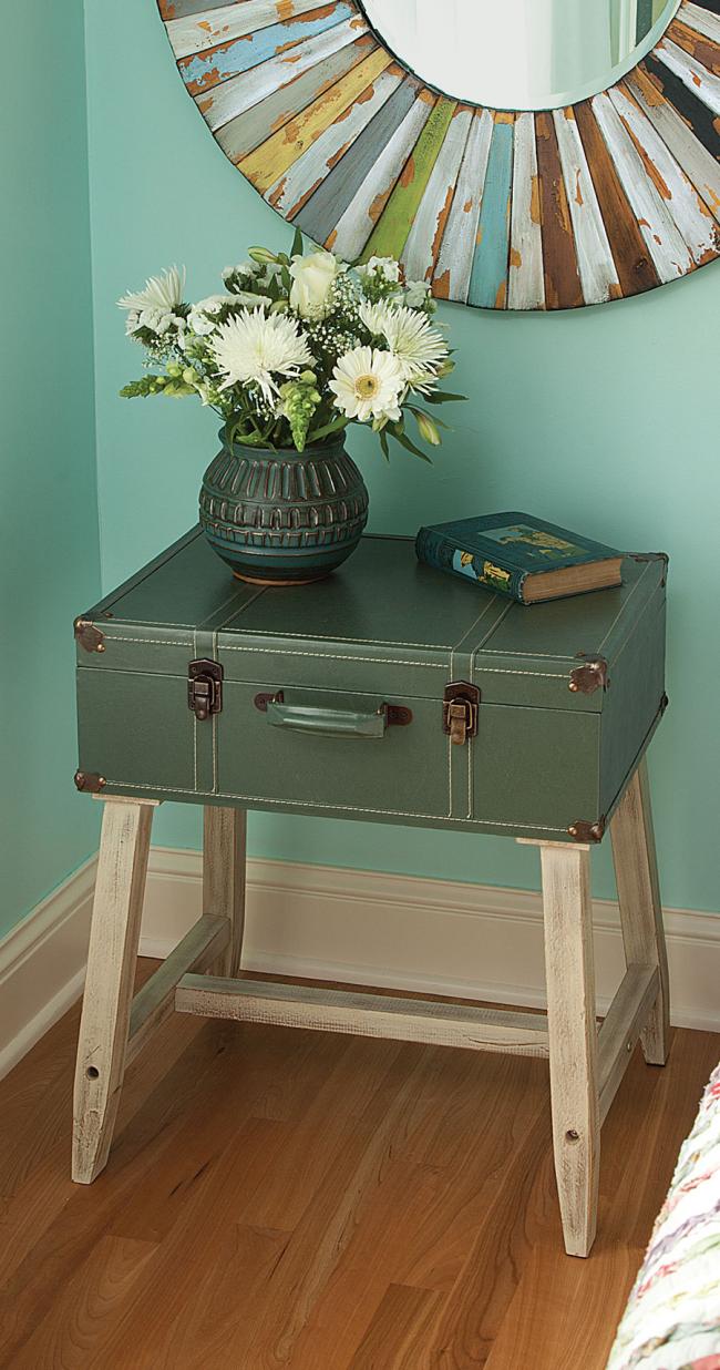 Достаточно экстравагантный и неординарный элемент интерьера - тумбочка из старого чемодана