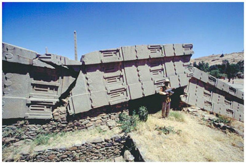 Самый большой в мире обелиск весом в 500 тонн и высотой 32,9 м. находится в Эфиопии, в городке Аксум. Выполненный из голубоватого гранита и весь покрытый загадочной резьбой, сейчас монолит упал и раскололся на несколько частей загадки, интересное, камни, мегалиты, факты, цивилизации