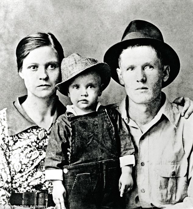 Двухлетний Элвис с отцом и матерью архив, знаменитости, интересно, история, редкие снимки, фото, фотоальбом, элвис пресли